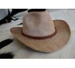 Chapeau western en peau de vache.